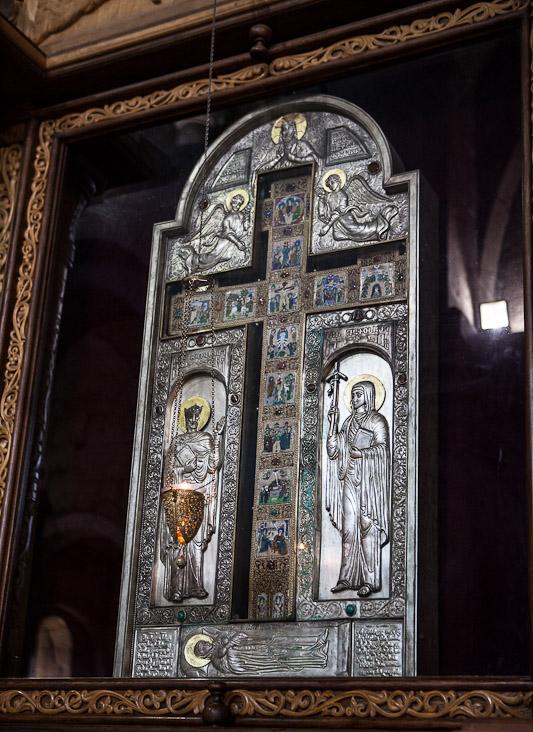 Крест: слева от креста — святая равноапостольная Нина, справа — святой царь Мириан. В кресте находятся частицы Креста Господня