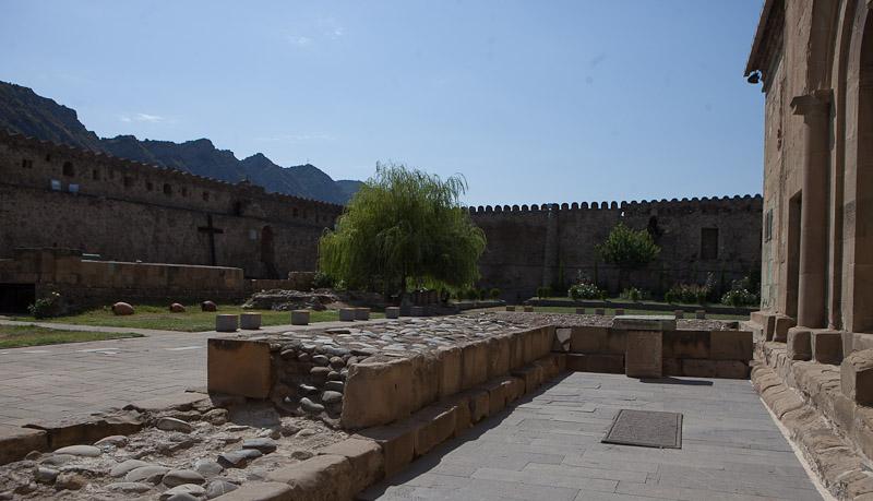 Стена вокруг собора