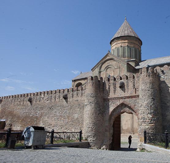 Стена собора с воротами