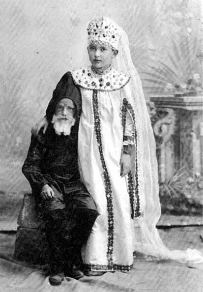 Елизавета Пиленко со своим братом Дмитрием. Костюмированный праздник, 1899 г.