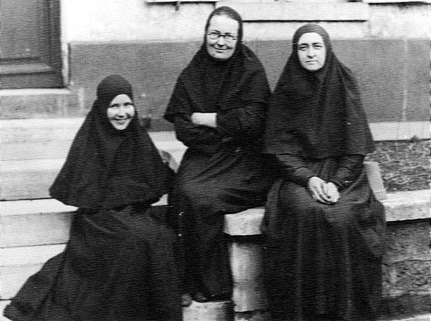 Мать Мария с матерью Евдокией и матерью Любовью. Villa de Saxe, 1935 год