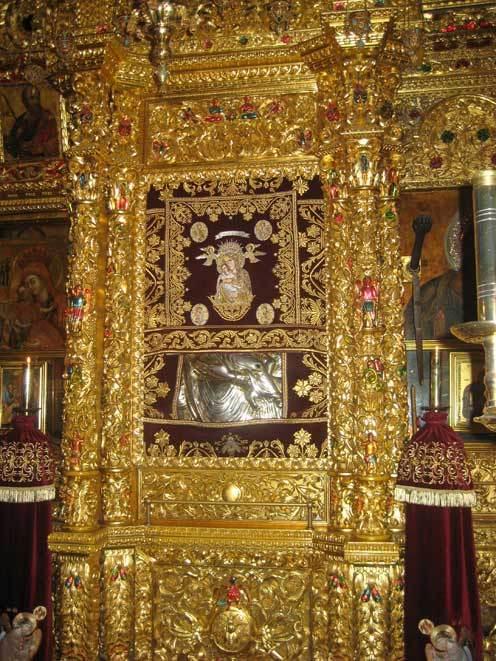 Киккская икона (оригинал) слева от центрального иконостаса