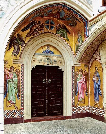 Крытый арочный портал храма, украшенный византийским крестом и фигурками птиц, выполненными в 11 столетии