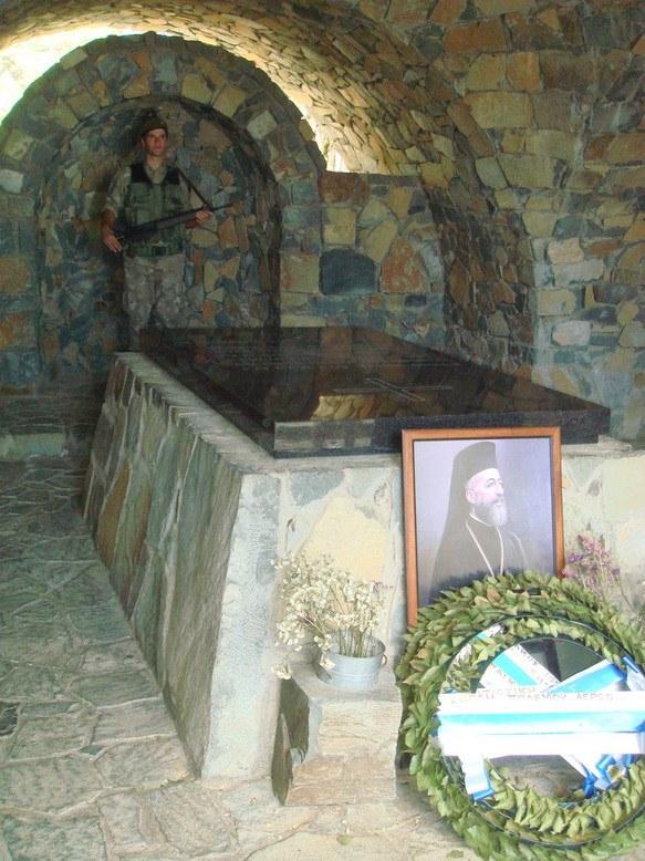Недалеко от вершины с Троном находится могила Архиепископа Макария 3-го, предстоятеля Кипрской Церкви и первого президента