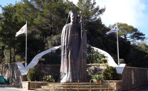 Памятник митрополиту и первому президенту Кипра