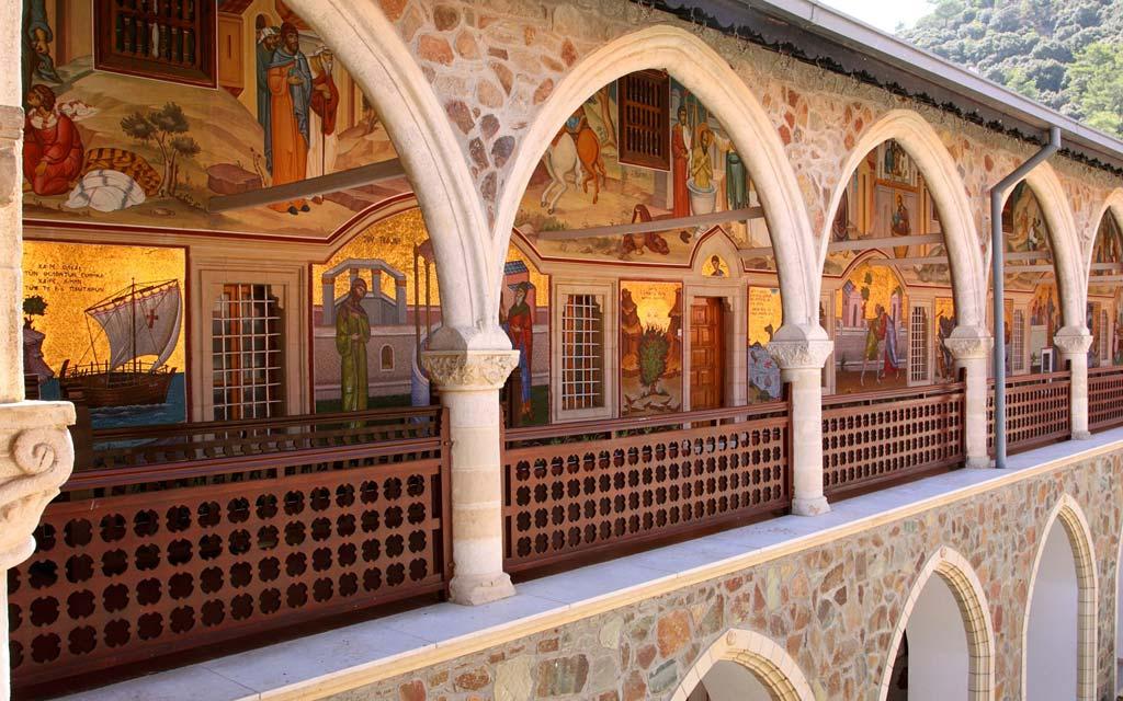 Фресковая роспись во двнутреннем дворе монастыря