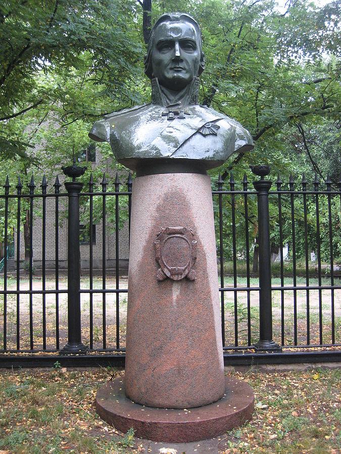 Бюст Ушакова, установленный возле Музея судостроения и флота в Николаеве