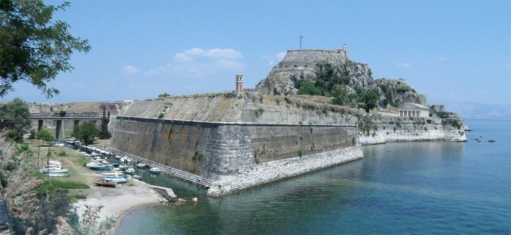 Старая крепость. Вид с юга. Античный храм на берегу справа называется Агиос Георгиос и построен англичанами в 1840 году.