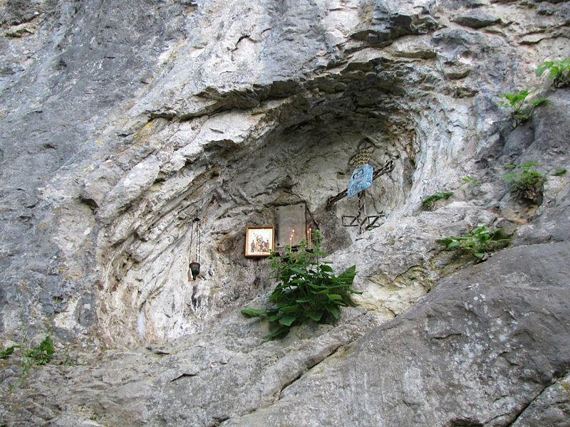 Вырубленная в скале ниша в Абхазии на месте третьего обретения честной главы