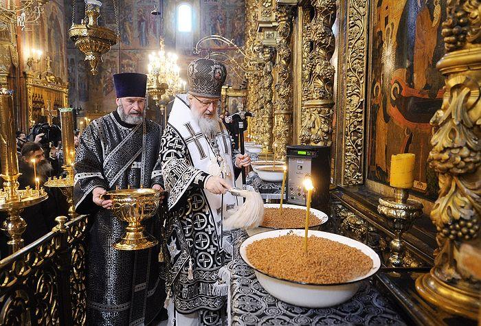 Патриарх Кирилл освящает коливо