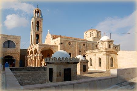 Лавра преп. Феодосия Великого.Вид на часовню над пещерой трех волхвов и церковь Благовещения