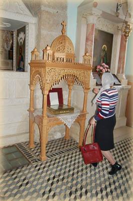 Паломники прикладываются к мощевику в котором находятся частички мощей преподобного Феодосия и многих других святых